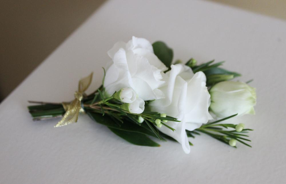 white boutonniere, lisianthks boutonniere